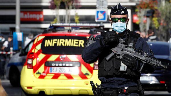 Funkcjonariusz policji w miejscu napadu na parafian w kościele Notre Dame w Nicei - Sputnik Polska