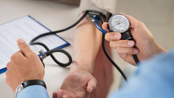 Lekarz mierzy ciśnienie pacjenta - Sputnik Polska