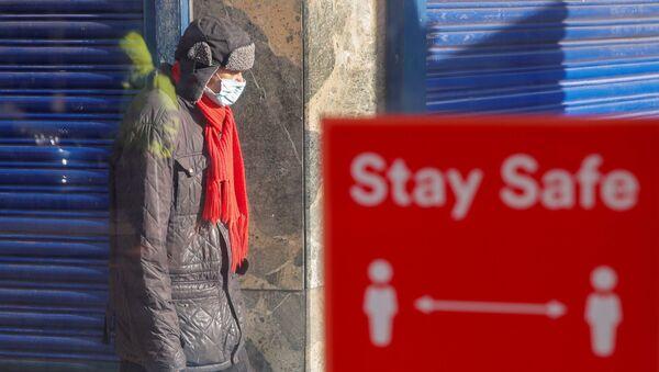 Mężczyzna w masce, Coventry, Wielka Brytania - Sputnik Polska