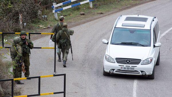 Rosyjscy żołnierze ze składu sił pokojowych patrolują miasto Laçın - Sputnik Polska