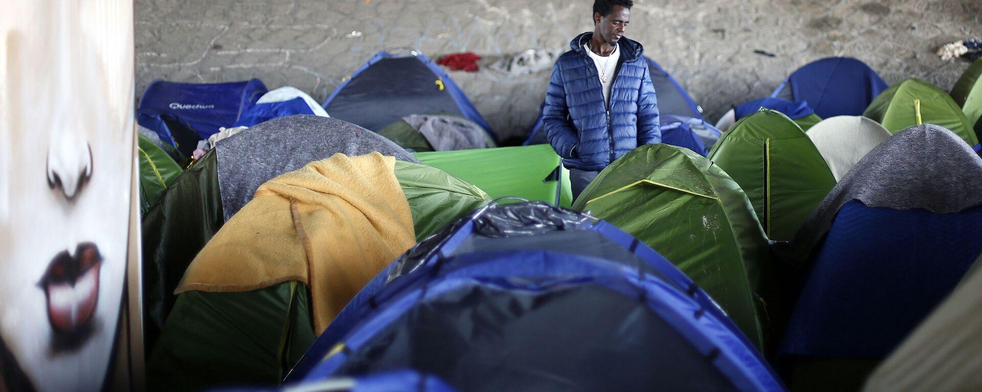 Obóz założony przez imigrantów w Saint-Denis - Sputnik Polska, 1920, 06.08.2021