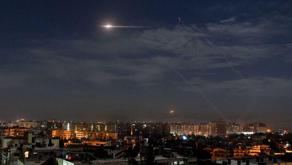 Syryjska obrona powietrzna podczas izraelskich ataków na Damaszek - Sputnik Polska