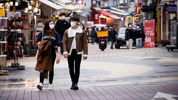 Piesi w maskach w Seulu - Sputnik Polska