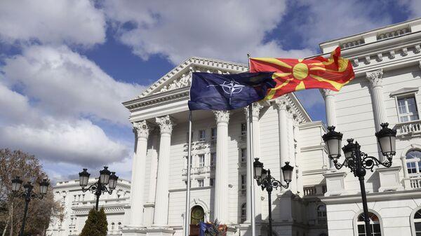 Flagi Macedonii i NATO przed budynkiem rządowym w Skopje - Sputnik Polska