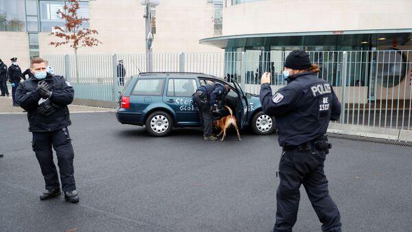 Samochód wjechał w bramę kancelarii Angeli Merkel - Sputnik Polska