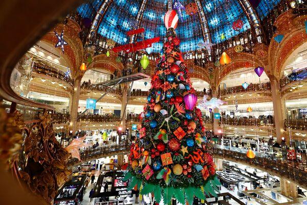 Drzewko bożonarodzeniowe w jednym z centrów handlowych w Paryżu - Sputnik Polska