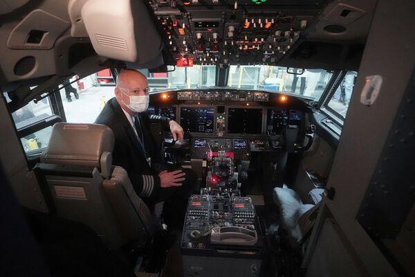 Kapitan samolotu Boeing 737 Max w kokpicie hangaru naprawczego w Tulsie, Oklahoma, USA - Sputnik Polska