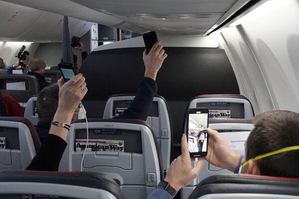 Przedstawiciele mediów nagrywają komunikat kapitana przed startem na pokładzie Boeinga 737 Max - Sputnik Polska