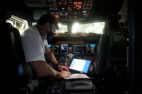 Specjalista wgrywa nowe oprogramowanie do Boeinga 737 Max w Tulsie - Sputnik Polska