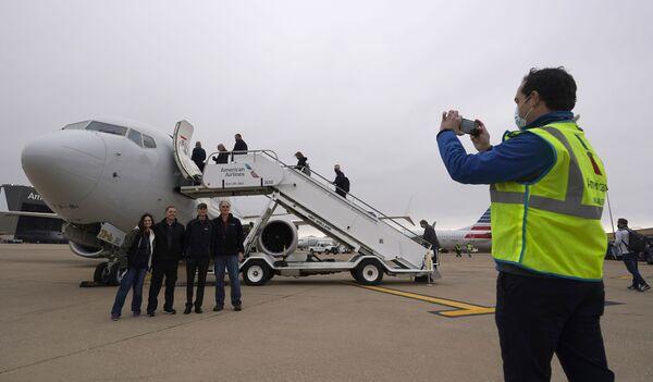 Pracownicy American Airlines pozują przed odrzutowcem Boeing 737 Max przed startem - Sputnik Polska