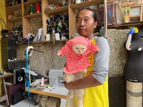 Fredi Lugina Priadi, indonezyjska projektantka mody, ze swoim kotem w przebraniu, Dżakarta, Indonezja - Sputnik Polska