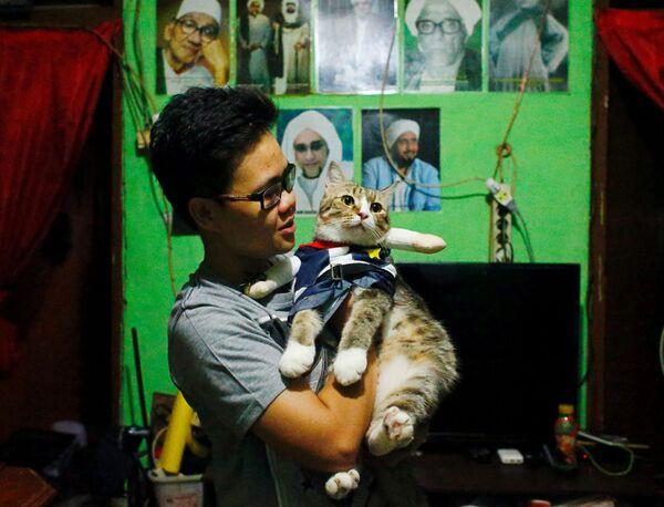 Kot w przebraniu na rękach właścicielki , Indonezja - Sputnik Polska