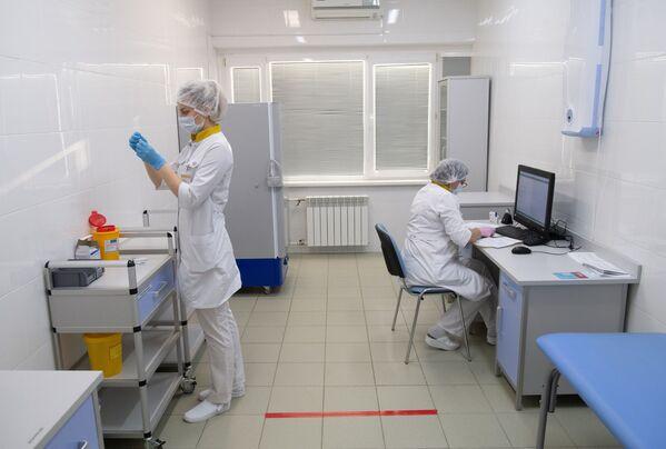 Pracownicy medyczni w centrum szczepień przeciwko COVID-19 miejskiej przychodni w Moskwie - Sputnik Polska