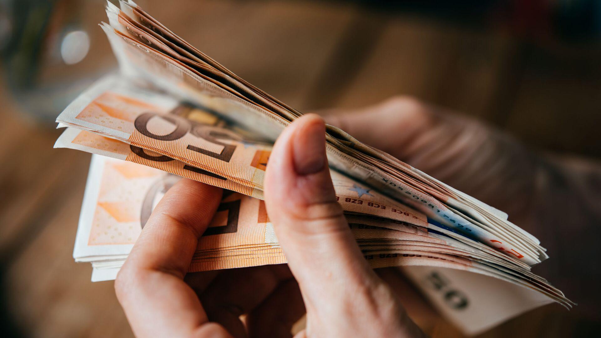 Banknoty euro w rękach - Sputnik Polska, 1920, 18.09.2021