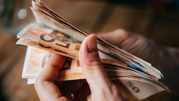Banknoty euro w rękach - Sputnik Polska