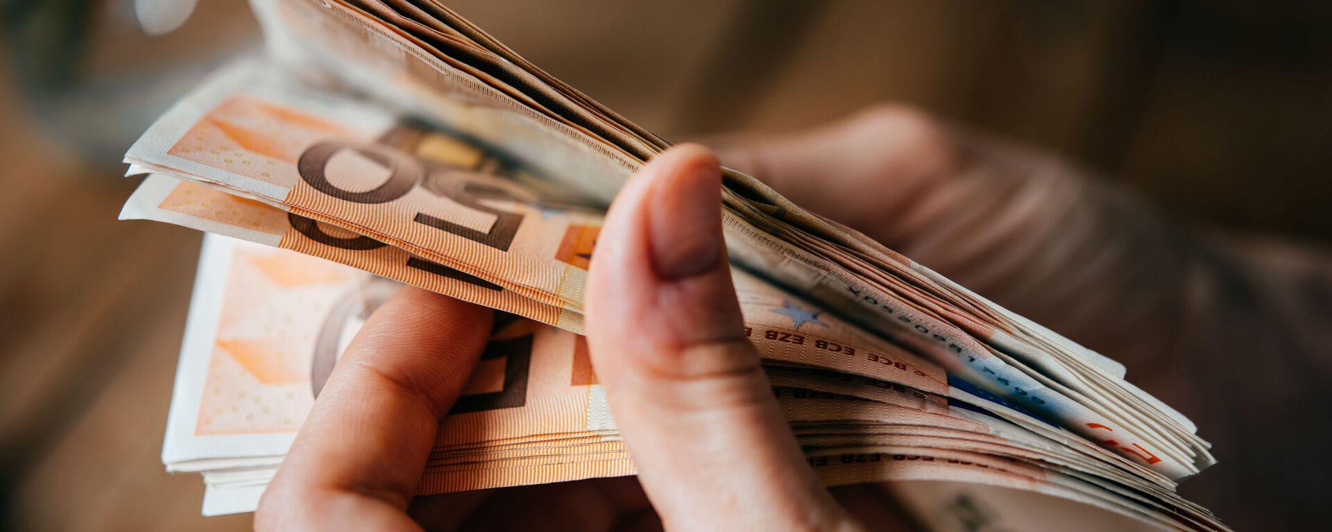 Banknoty euro w rękach - Sputnik Polska, 1920, 09.03.2021