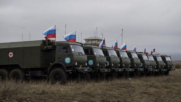 Sprzęt wojskowy Rosji w pobliżu szpitala na lotnisku w Stepankercie - Sputnik Polska