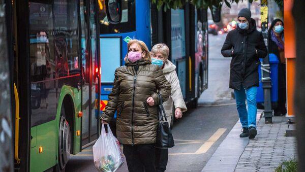 Ludzie w maskach ochronnych  - Sputnik Polska