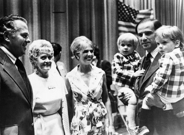 Senator Joe Biden z synami, 1972 rok - Sputnik Polska