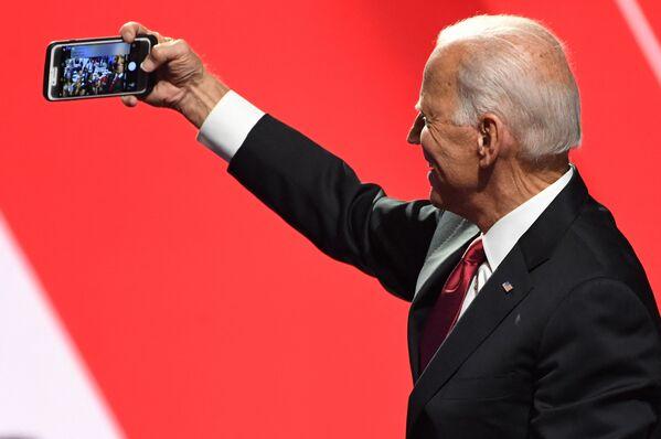 Joe Biden robi selfie, 2019 rok - Sputnik Polska