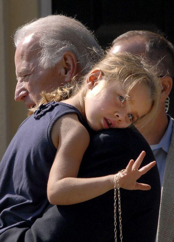 Senator Joe Biden z wnuczką, 2008 rok - Sputnik Polska