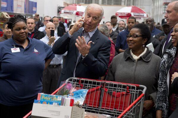 Wiceprezydent USA Joe Biden w supermarkecie Costco w Waszyngtonie - Sputnik Polska