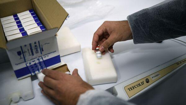 Pracownik pakuje szczepionkę Gam-COVID-Vac (znak towarowy Sputnik V) do wysyłki za granicę w Narodowym Centrum Epidemiologii i Mikrobiologii im. N. Gamalei w Moskwie - Sputnik Polska