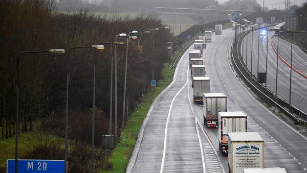 Ciężarówki pod eskortą policji w Folkestone - Sputnik Polska