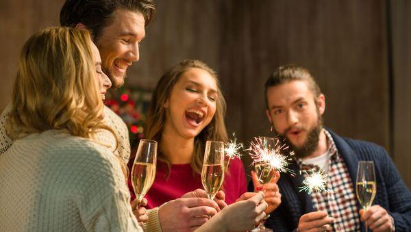 Młodzi ludzie z szampanem - Sputnik Polska
