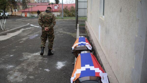 Trumny z ciałami zabitych podczas ostrzału Stepanakertu - Sputnik Polska