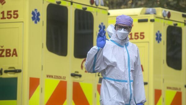 Pracownik medyczny podczas dostarczania pacjentów z Covid-19 do największego czeskiego szpitala w praskiej dzielnicy Motol - Sputnik Polska