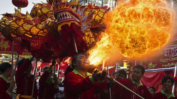 Tradycyjny taniec smoka podczas chińskiego Nowego Roku - Sputnik Polska