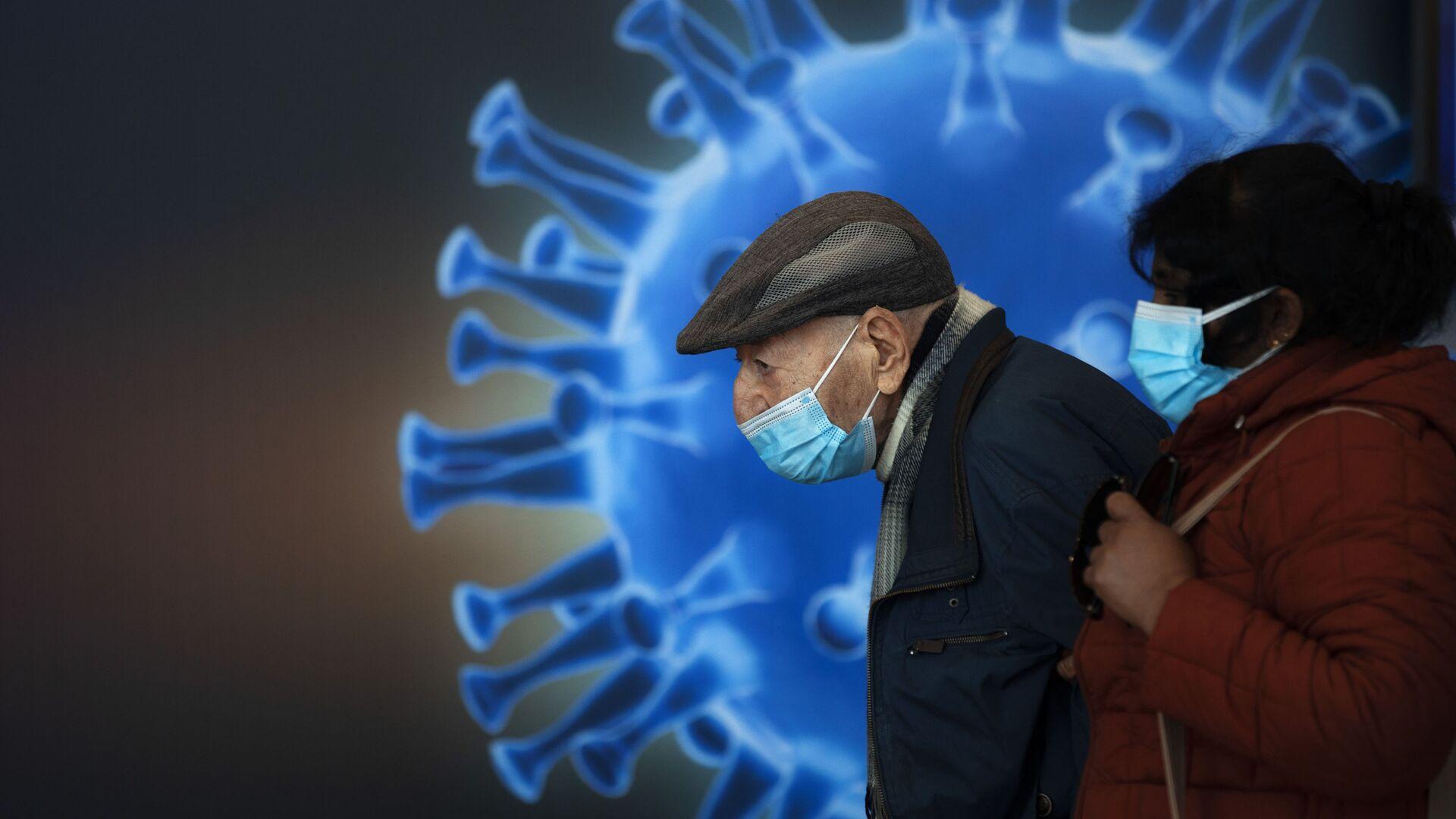 Ludzie w maskach czekają na szczepionkę w centrum szczepień COVID-19 w Jerozolimie - Sputnik Polska, 1920, 02.02.2021
