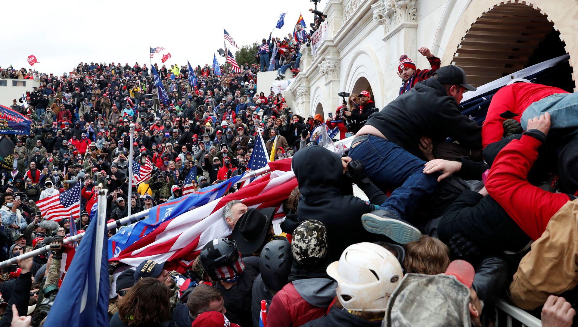 Protestujący zwolennicy obecnego prezydenta USA Donalda Trumpa przed Kapitolem w Waszyngtonie - Sputnik Polska, 1920, 02.02.2021