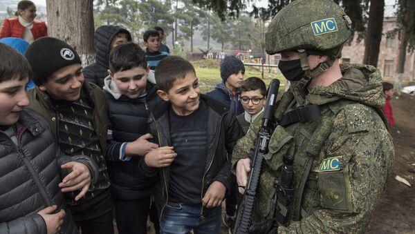Żołnierz rosyjskich sił pokojowych w wiosce Czartar. - Sputnik Polska