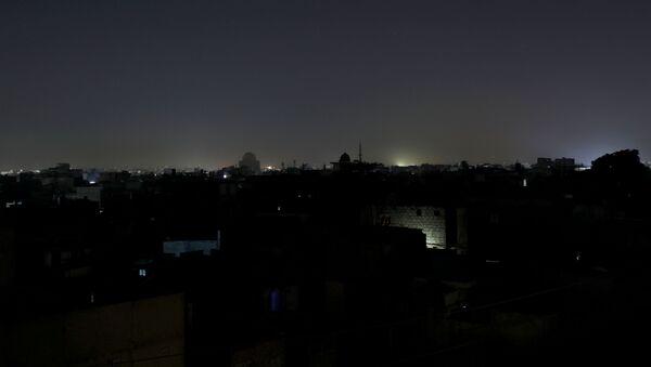 Ogólny widok dzielnicy mieszkalnej jest widoczny podczas przerwy w dostawie prądu w Karaczi w Pakistanie 10 stycznia 2021 r - Sputnik Polska