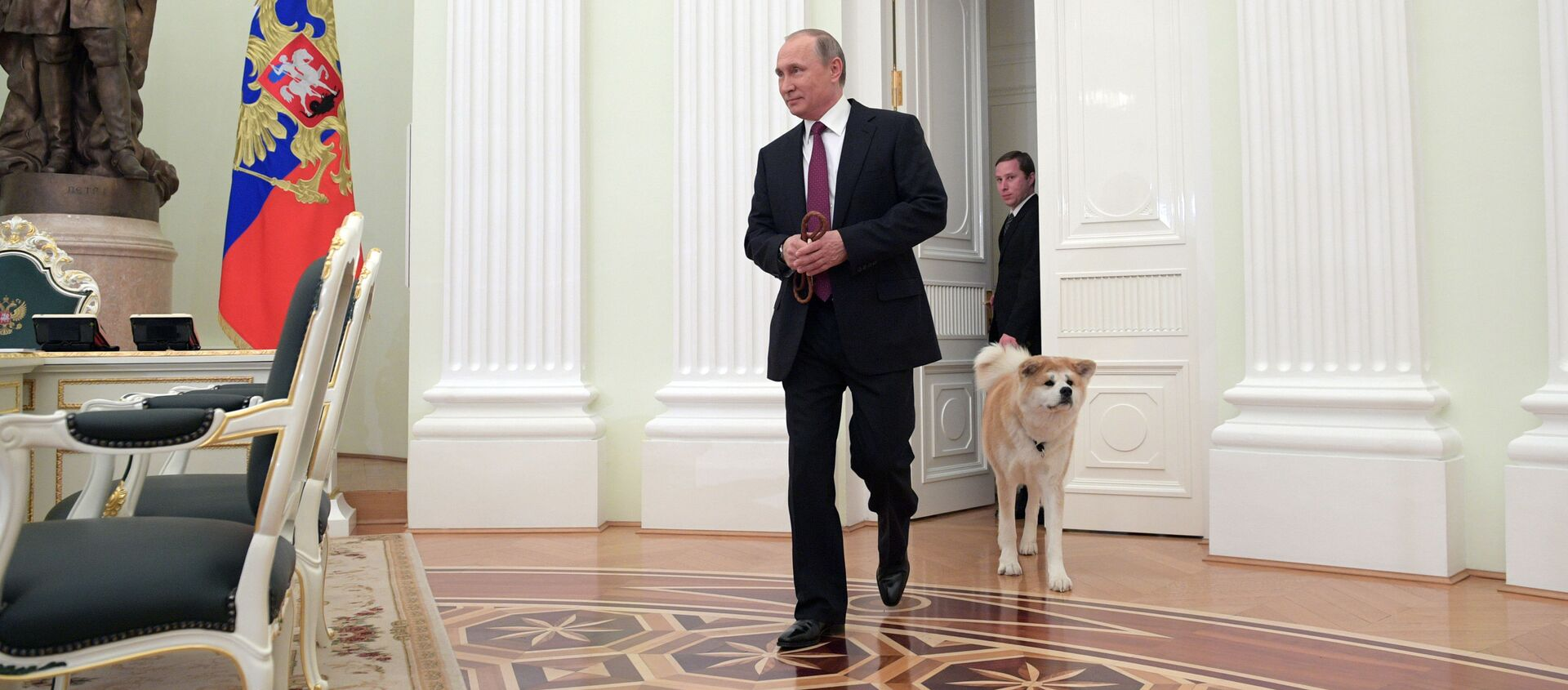 Prezydent Rosji Władimir Putin z psem Akita Inu w Kremlu  - Sputnik Polska, 1920, 23.03.2021