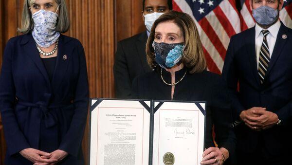 Spiker Izby Reprezentantów Stanów Zjednoczonych Nancy Pelosi prezentuje artykuł impeachmentu prezydenta Donalda Trumpa - Sputnik Polska