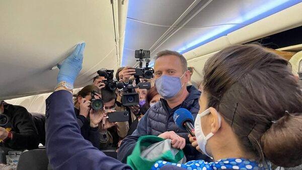 Aleksiej Nawalny rozmawia z dziennikarzami przed powrotem do Moskwy z Berlina, 17 stycznia 2020 - Sputnik Polska