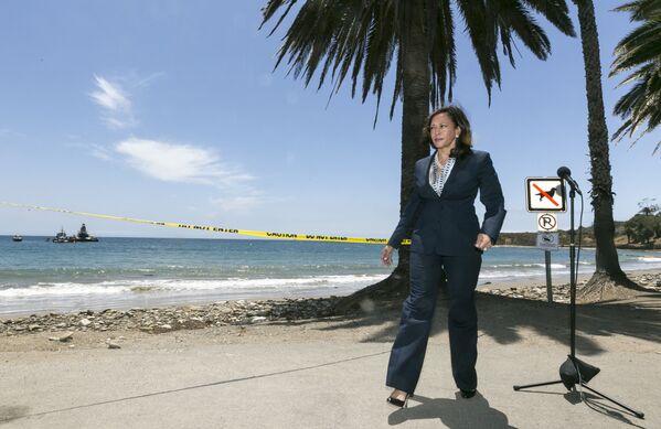 Kamala Harris w ciemnoniebieskim garniturze w Kalifornii - Sputnik Polska