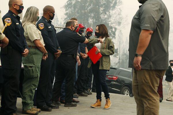 Kamala Harris podczas pożarów w Kalifornii w 2020 roku - Sputnik Polska