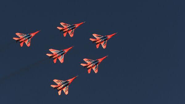 Myśliwce MiG-29 zespołu akrobacyjnego Striżi wykonują lot pokazowy z okazji obchodów 250. rocznicy zjednoczenia Inguszetii z Rosją  - Sputnik Polska