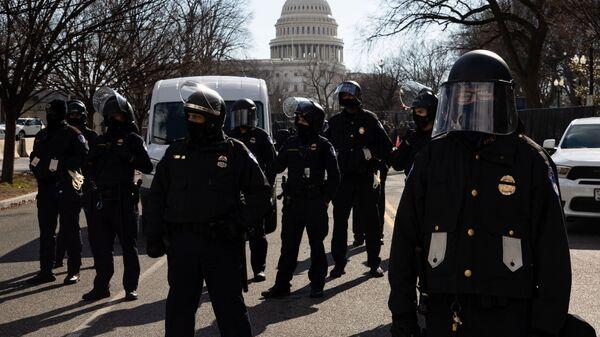 Funkcjonariusze policji pełnią służbę podczas ceremonii inauguracji prezydenta elekta USA Josepha Bidena na ulicy w pobliżu Kapitolu w Waszyngtonie - Sputnik Polska