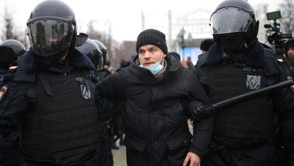Funkcjonariusze zatrzymują uczestnika nieautoryzowanej akcji zwolenników Aleksieja Nawalnego w Moskwie - Sputnik Polska