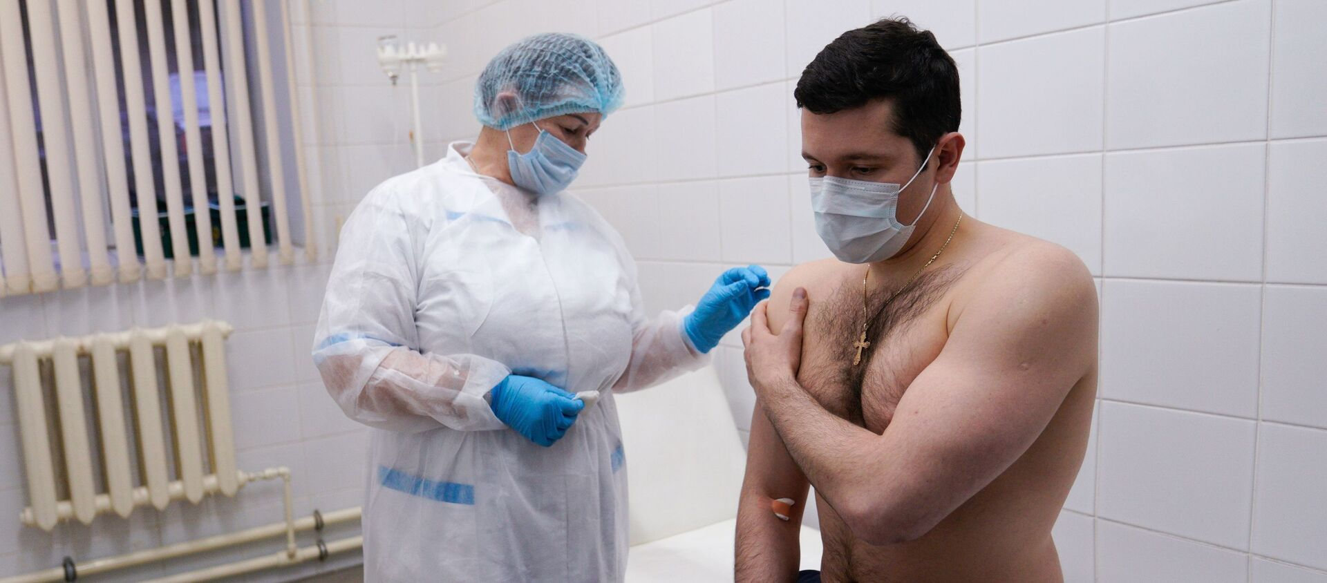 Gubernator obwodu kaliningradzkiego Anton Alichanow podczas szczepienia na SARS-CoV-2 szczepionką EpiVacCorona. - Sputnik Polska, 1920, 26.02.2021