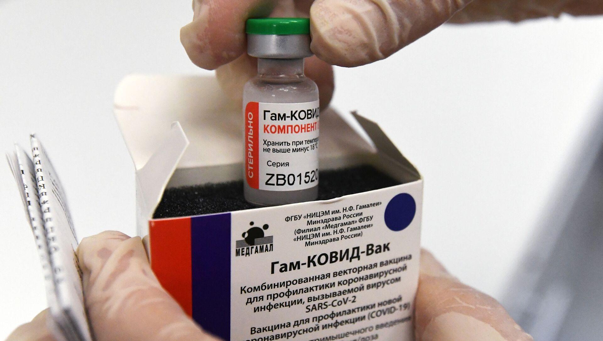 """Pielęgniarka wyciąga ampułkę ze szczepionką przeciwko COVID-19 """"Sputnik V"""" (""""Gam-COVID-Vac"""") w celu zaszczepienia - Sputnik Polska, 1920, 12.02.2021"""