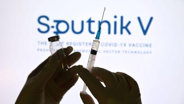 "Strzykawka i ampułka na tle logo ""Sputnik V"" - Sputnik Polska"