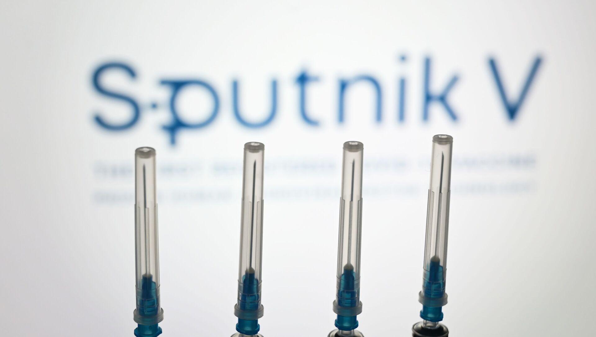 "Strzykawki na tle logo ""Sputnik V"" - Sputnik Polska, 1920, 22.02.2021"
