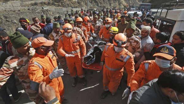 Ratownicy wynoszą ciała ofiar po osunięciu się lodowca w indyjskim stanie Uttarakhand - Sputnik Polska