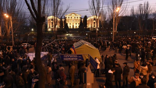 Protestujący wznieśli barykady przed budynkiem parlamentu w Erywaniu - Sputnik Polska